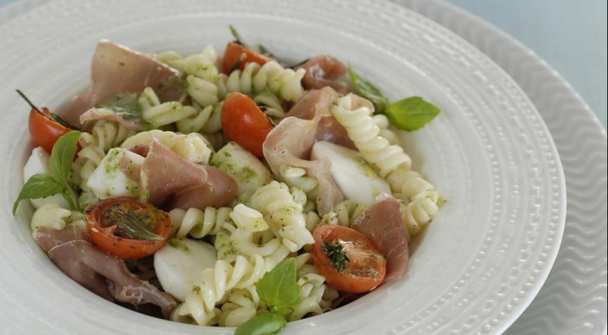 Pesto soslu makarna salatasi tarifi